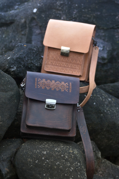 Leather shoulder bags with three pockets