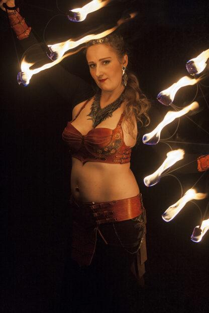 Kostüüm tuleartistile Freya Danger. Ehted ehtekunstnikult Keiu Koppel, taimpargitud nahast kostüüm Wanakuramuse Nahakambrist.